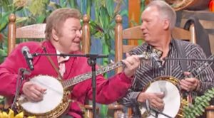 Decades Later, Roy Clark & Buck Trent Reunite For 'Dueling Banjos' Performance