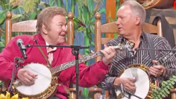Decades Later, Roy Clark & Buck Trent Reunite For 'Dueling Banjos' Performance | Classic Country Music Videos