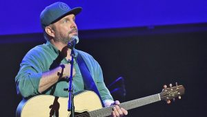 Garth Brooks Performs His #1 'Unanswered Prayers' For Chicago Crowd