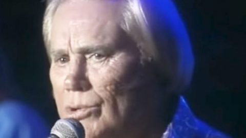 """George Jones Sings """"A Picture Of Me Without You"""" & Earns Standing Ovation 