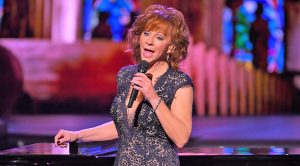 Reba McEntire Charms Audience With Medley Of Classic Christmas Songs