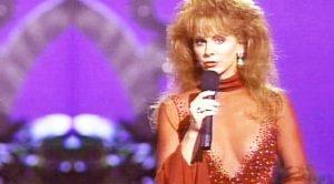 Reba McEntire & Linda Davis Deliver 1993 Live Duet Of 'Does He Love You'
