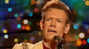 Randy Travis Brings Willie Nelson's 'Pretty Paper' To Life In Magical Performance