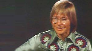 """John Denver Mesmerizes Children With Stunning Performance Of """"Silent Night"""""""