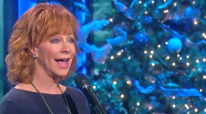 """Reba Wows Concert Crowd With Flawless Cover Of """"Hard Candy Christmas"""""""