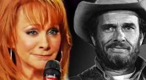 "Reba Honors Merle Haggard With Tear-Jerking ""Mama Tried"" Cover"