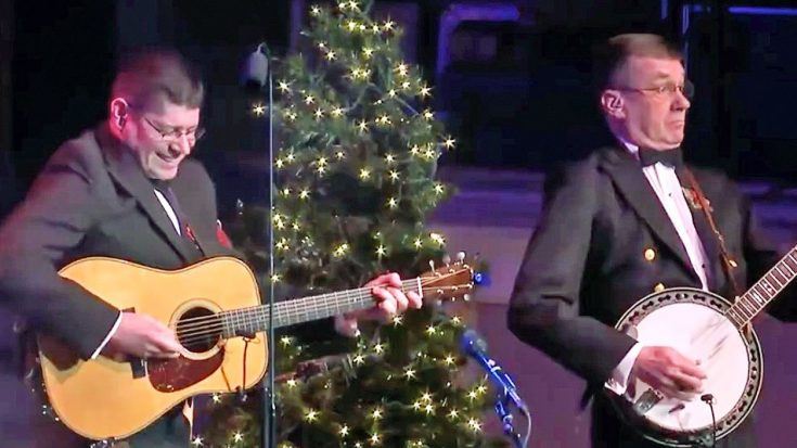 You Have To Hear What Happens When 'Dueling Banjos' Gets A Jolly Christmas Twist | Classic Country Music Videos