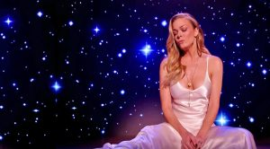 LeAnn Rimes Bids Farewell To 2017 With Emotional Performance Of 'Auld Lang Syne'
