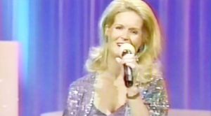 Lynn Anderson Dazzles With Sensational 'Rose Garden' Performance