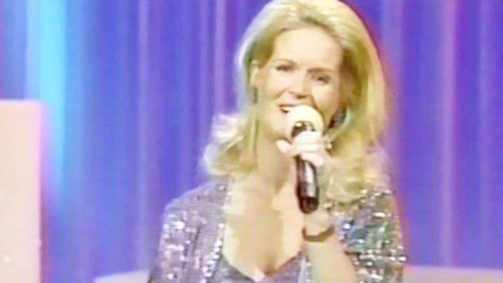 Lynn Anderson Dazzles With Sensational 'Rose Garden' Performance