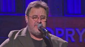 "A Heartbroken Vince Gill Delivers Tribute To Glenn Frey With ""Peaceful Easy Feeling"""