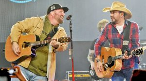 Garth Brooks Crashes Jason Aldean's Stage For Epic Performance