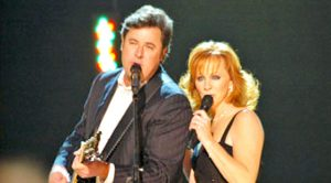 Reba & Vince Gill Ignite The Stage With Passionate Performance Of 'The Heart Won't Lie'