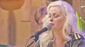 """30 Years Later, Lorrie Morgan Performs Her Top 10 Song, """"Picture Of Me"""""""