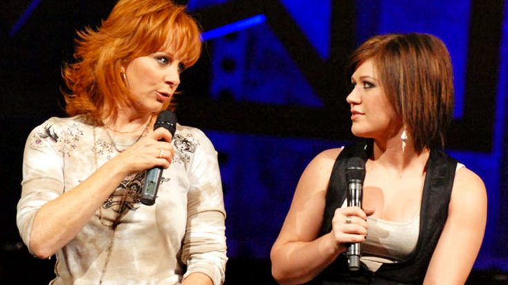 """Reba Asks Kelly Clarkson """"Does He Love You?"""" And The Audience Loses It 