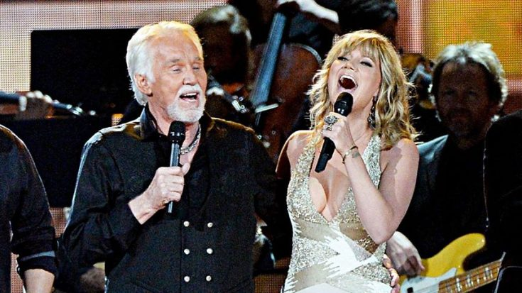 "Jennifer Nettles & Kenny Rogers Rock Crowd With ""Islands In The Stream"""