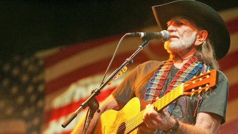 Willie Nelson Performs Meaningful Patriotic Hit 'Living In The Promiseland' | Classic Country Music Videos