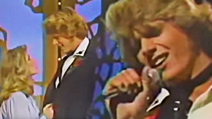 """""""Dukes Of Hazzard"""" Hunk Melts Mandrell Sister With Epic Kenny Rogers Cover 
