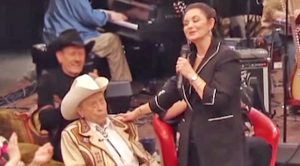 """Crystal Gayle Flirts With Jimmy Dickens In The Middle Of """"Don't It Make My Brown Eyes Blue"""""""