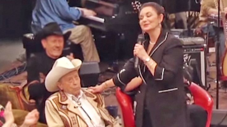 Flirty Crystal Gayle Makes Country Legend Blush Mid-Performance