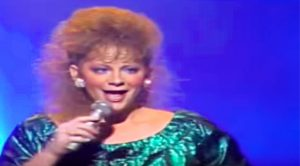 Reba McEntire Pays Tribute To Aretha Franklin With Powerhouse Cover Of 'Respect'