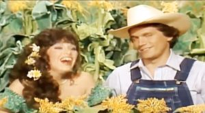 """George Strait Shows Off Funny Side In Resurfaced """"Hee Haw"""" Sketch"""