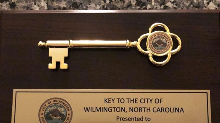 Country Singer Receives Key To City For Extremely Generous Hurricane Relief | Classic Country Music Videos