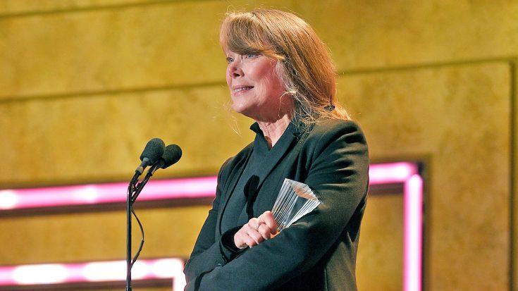 Through Tears, Sissy Spacek Accepts Loretta Lynn's CMT Artist Of A Lifetime Award | Classic Country Music Videos
