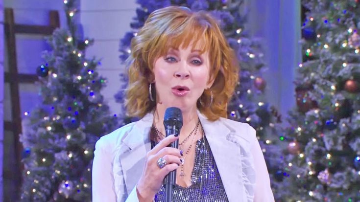 Reba McEntire Delivers A Little Christmas Spirit With Sparkling Performance Of 'O Holy Night' | Classic Country Music Videos