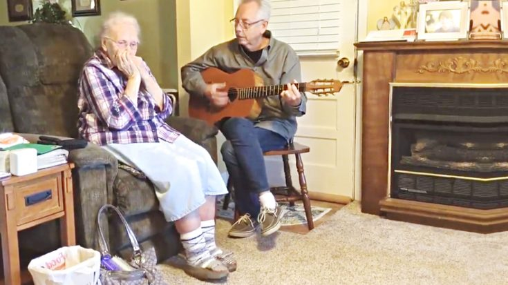 "Country Legend's 92-Year-Old Mother Plays ""Silent Night"" On Harmonica 
