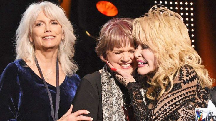 Linda Ronstadt Surprises Dolly By Making Rare Appearance For GRAMMYs Tribute | Classic Country Music Videos