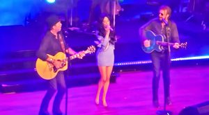 """Brooks & Dunn Unexpectedly Join Kacey Musgraves On Stage For """"Neon Moon"""""""