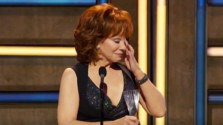 "Reba Cries During Acceptance Speech For ""Artist Of A Lifetime"""