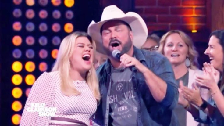"Garth Brooks Joins Kelly Clarkson For ""Ain't Goin' Down"" Kellyoke Duet 