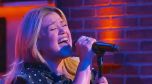 "Kelly Clarkson Goes 90s Country For ""Kellyoke,"" Sings Travis Tritt's ""Here's A Quarter"""