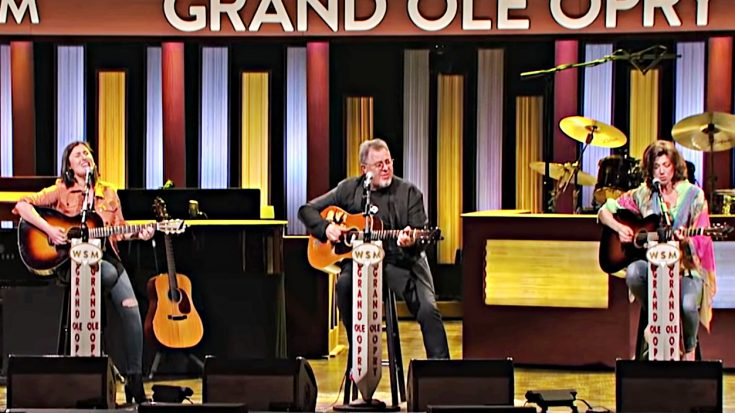 """Vince Gill, Amy Grant & Daughters Take The Opry Stage To Sing """"You Are My Sunshine""""   Classic Country Music Videos"""