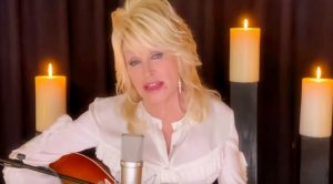 "Dolly Parton Sings ""Sweet Music Man"" To Honor Kenny Rogers On ""CMT Giants"""