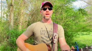 """Josh Turner Delivers Outdoor Cover Of Dove Award-Winning Version Of """"I Saw The Light"""""""