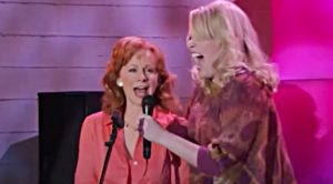 "Barbra Jean Drags Reba On Stage To Sing Dolly Parton's ""9 to 5"""