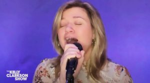 "Kelly Clarkson Turns To Country Music Again – Sings Rascal Flatts' ""I'm Movin' On"""