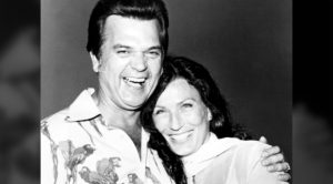"""""""Losing Him Nearly Killed Me…"""" Loretta Lynn Says Of Conway Twitty's Death"""
