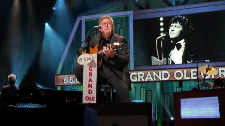 """Vince Gill Honors Mac Davis By Singing """"In The Ghetto"""" At Opry 