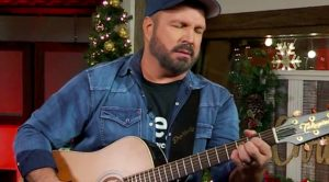 """Garth Brooks Chokes Up During Performance Of """"Belleau Wood"""""""