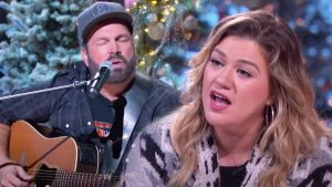 """Kelly Clarkson Replaces Trisha During """"Shallow"""" Duet With Garth"""