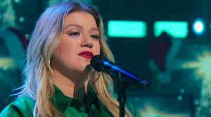 """Kelly Clarkson Sings Dolly Parton's """"Hard Candy Christmas"""" For Holiday-Themed """"Kellyoke"""""""