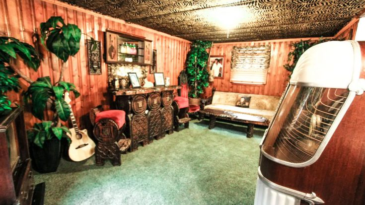 Elvis Fans Can Rent Airbnb With Jungle Room Look-Alike | Classic Country Music Videos