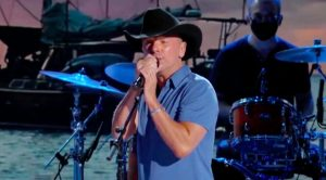"""Kenny Chesney Appears On ACM Awards To Perform Current Single """"Knowing You"""""""