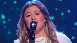 Kelly Clarkson Sings About Heartache In Reba McEntire Cover