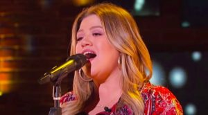 """Kelly Clarkson Dazzles With Cover Of """"The Keeper Of The Stars"""""""