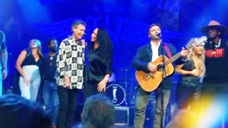 """Randy Travis Surprises Ryman Crowd & Sings """"Forever And Ever, Amen"""" 